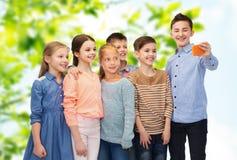 Enfants heureux parlant le selfie par le smartphone Photo libre de droits