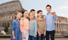 Enfants heureux parlant le selfie par le smartphone Images stock