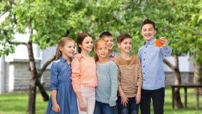 Enfants heureux parlant le selfie par le smartphone Images libres de droits