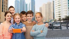 Enfants heureux parlant le selfie par le smartphone Image libre de droits