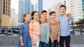 Enfants heureux parlant le selfie par le smartphone Photographie stock libre de droits