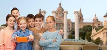 Enfants heureux parlant le selfie par le smartphone Photographie stock