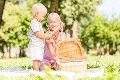 Enfants heureux passant le temps ensemble en parc photographie stock