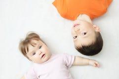 Enfants heureux, portrait de garçon et bébé, bonheur dans l'enfance des enfants de mêmes parents, mensonge de deux enfants Photographie stock libre de droits