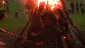 Enfants heureux près de grand feu du feu dans des vacances de milieu de l'été clips vidéos