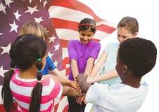 Enfants heureux remontant leurs mains pour le Jour de la Déclaration d'Indépendance Images stock