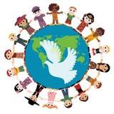 Enfants heureux retenant des mains autour du globe Image libre de droits