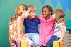 Enfants heureux riant dans le jardin d'enfants Photographie stock