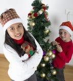 Enfants heureux s'étendant sous l'arbre de Noël Image stock