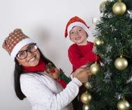 Enfants heureux s'étendant sous l'arbre de Noël Image libre de droits