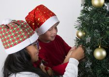 Enfants heureux s'étendant sous l'arbre de Noël Images stock