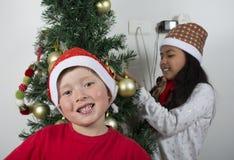 Enfants heureux s'étendant sous l'arbre de Noël Photos libres de droits