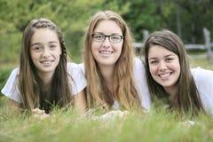 Enfants heureux s'étendant sur l'herbe Photographie stock libre de droits
