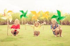 Enfants heureux s'asseyant sur l'herbe Image stock