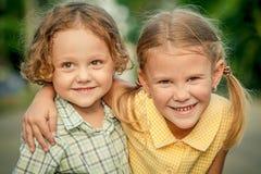 Enfants heureux s'asseyant sur la route Frère And Sister Toget de concept Photos libres de droits