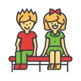 Enfants heureux s'asseyant sur le banc, le garçon et la fille, jeune concept de couples d'amour Image stock
