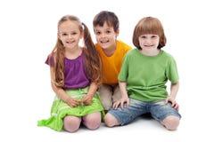 Enfants heureux s'asseyant sur le plancher Photos libres de droits