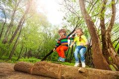Enfants heureux sautant au-dessus d'un identifiez-vous la forêt d'été photo libre de droits