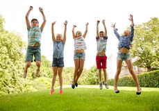 Enfants heureux sautant et ayant l'amusement en parc d'été Images libres de droits