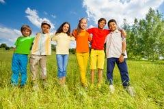 Enfants heureux se tenant dans une rangée directement Photo libre de droits