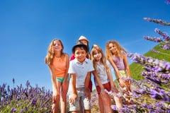 Enfants heureux se tenant ensemble dans le domaine de lavande Image stock