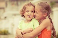 Enfants heureux se tenant sur la route Photographie stock