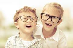 Enfants heureux se tenant sur la route au temps de jour Photographie stock