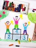 Enfants heureux se tenant sur le podium de gagnant Photos libres de droits