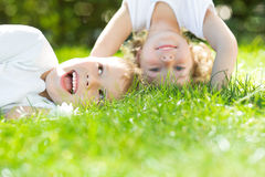 Enfants heureux se tenant upside-down images stock