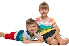 Enfants heureux sur l'étage Images libres de droits