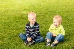 Enfants heureux sur l'herbe verte Image libre de droits