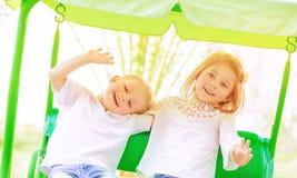 Enfants heureux sur l'oscillation Image stock