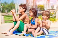 Enfants heureux sur la plage Photo stock