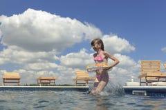 Enfants heureux sur la plage pendant l'été Photographie stock