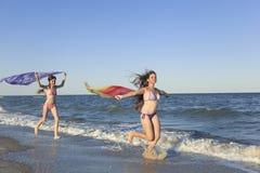 Enfants heureux sur la plage pendant l'été Photos stock