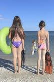Enfants heureux sur la plage pendant l'été Images libres de droits