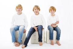 Enfants heureux sur le fond blanc d'isolement Photo libre de droits