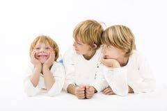 Enfants heureux sur le fond blanc d'isolement Photo stock