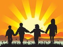 Enfants heureux sur le havin de pré Photo libre de droits