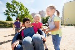 Enfants heureux sur le terrain de jeu d'enfants Photographie stock