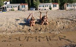 Enfants heureux sur une plage sablonneuse Photo libre de droits