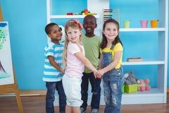 Enfants heureux tenant des mains ensemble Image libre de droits