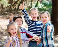 Enfants heureux tenant des mains et donnant l'amitié Photos stock