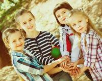 Enfants heureux tenant des mains et donnant l'amitié Photos libres de droits