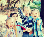 Enfants heureux tenant des mains et donnant l'amitié Image libre de droits