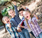 Enfants heureux tenant des mains et donnant l'amitié Image stock