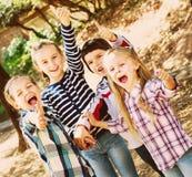 Enfants heureux tenant des mains et donnant l'amitié Photo libre de droits