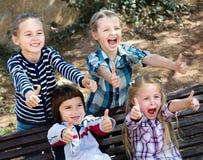Enfants heureux tenant des mains et donnant l'amitié Photographie stock libre de droits