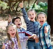 Enfants heureux tenant des mains et donnant l'amitié Photo stock