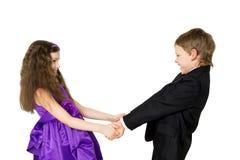 Enfants heureux tenant des mains et la danse Photographie stock libre de droits